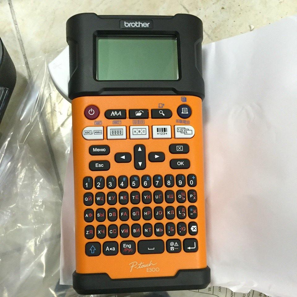 Фото Принтер для печати этикеток Brother PT-E300VP ручной {PTE300VPR1} (2)